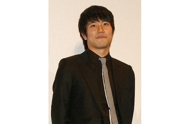 黒のスーツでびしっと決めた松山ケンイチ