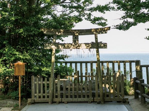 志賀海神社。海の安全を守る3柱の海の神を祀る。海を望む場所に遥拝所があり、神社に附属する大嶽神社や伊勢神宮、皇居などを遥拝する