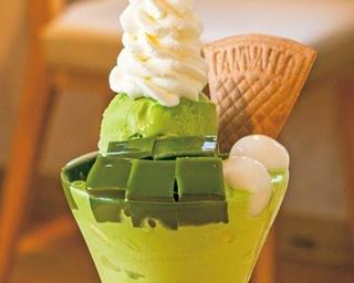 アイスやゼリーによって自社ブランドの抹茶を使い分け、味にメリハリをつけている。「抹茶パフェ」(875円)