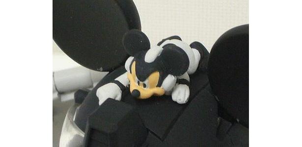 ロボット頭部にいるミッキーもモノクロ