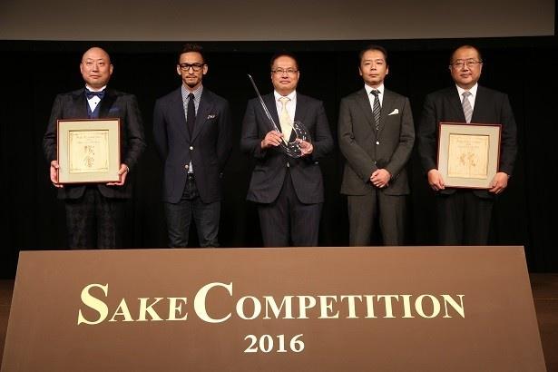 「Super Premium部門」の入賞者と中田さん(左から2番目)