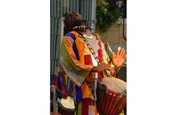 9/21(日)13:00〜、15:00〜にスカイプロムナード44階スカイデッキで、アフリカンドラムス演奏者のアフリカン・スヌ・ヘルコムのコンサートが開催