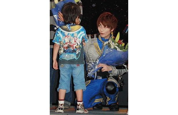 花束を渡した子供と笑顔でコミュニケーション