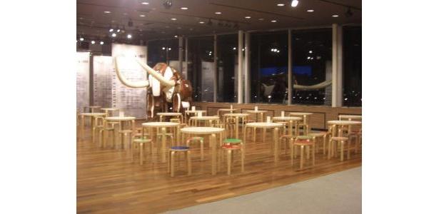 象の鼻カフェの中はアートな空間。象の鼻地区の歴史も知ることができる