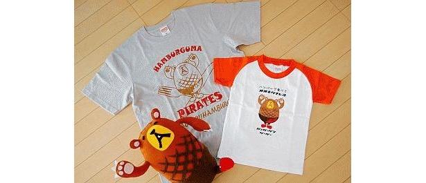 ハンバーグマ海賊団M(左、2000円)と、大キクナレヨキッズ110(2300円)などTシャツもある。ぬいぐるみは非売品