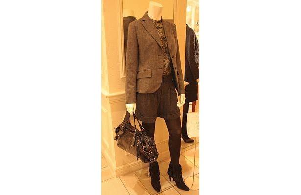 ジャケット1万5750円、ブラウス、パンツ各9240円で、デイリーユースなデザインが◎