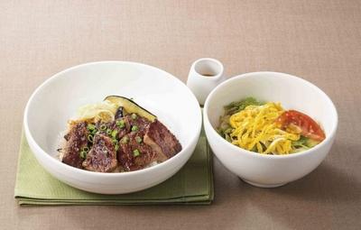濃厚ダレのステーキとあっさり味のサラダうどんの組み合わせが絶妙な「カットステーキ丼&サラダうどん」(1618円)