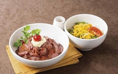 【写真を見る】お肉も野菜もバランス良くとれるのがうれしい「ローストビーフ丼&サラダうどん」(1510円)