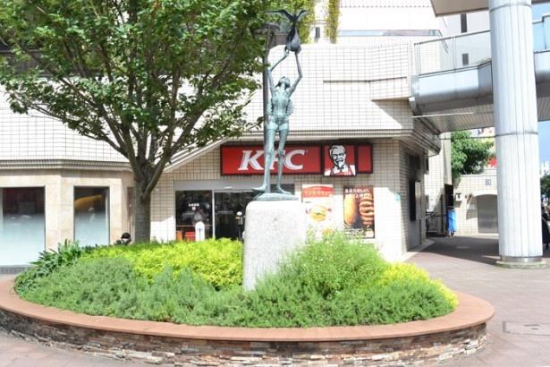 「聖蹟桜ヶ丘駅」の西口前の広場にある、女性が鳥を掲げるような彫像