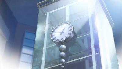祐樹と香織とのデートの待ち合わせで描かれた「聖蹟桜ヶ丘オーパ」の前の広場にある時計のモニュメント