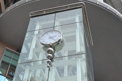 時計のモニュメントは「聖蹟桜ヶ丘オーパ」が入るヴィータ聖蹟桜ヶ丘の開業を記念して設置されたものだ