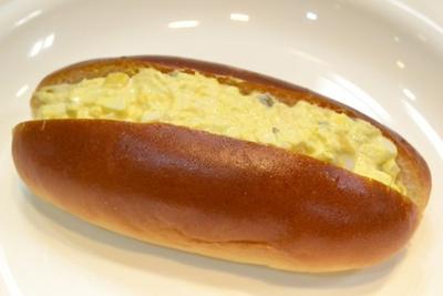 「ベーカリー&カフェ ルパ 桜ヶ丘店」では、作品に登場した「たまコッペ」(185円)を再現して販売