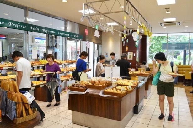 「ベーカリー&カフェ ルパ 桜ヶ丘店」の店内は、焼きたてパンの香りが漂う
