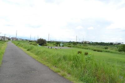 聖蹟桜ヶ丘駅から徒歩5分の距離にある「多摩川河川敷」。のんびりとした雰囲気が感じられる