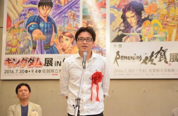 【写真を見る】オープニングイベントに登場した作者の原泰久氏は、佐賀県基山町出身。出身地で開催される展示会に感動の様子