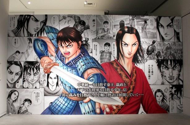 キングダムは、秦の若き王である嬴政(えいせい)と、大将軍をめざす信(しん)の2人を中心に春秋戦国時代を描いた物語