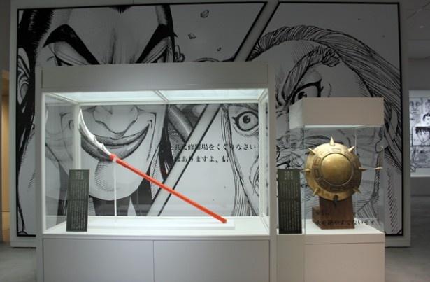 「王騎将軍の矛」と「麃公(ひょうこう)将軍の楯」は九州初上陸。マンガの感動シーンが壁面に描かれているので感動もひとしお!