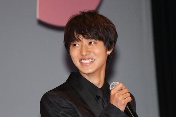 【写真を見る】和やかムードの舞台挨拶で笑顔を見せる山崎賢人