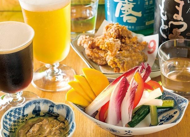 「スティック野菜酒粕バーニャカウダ」(600円・手前)や「鶏の山椒から揚げ」(700円・奥)など、お酒に合うメニューが充実/BEFORE 9
