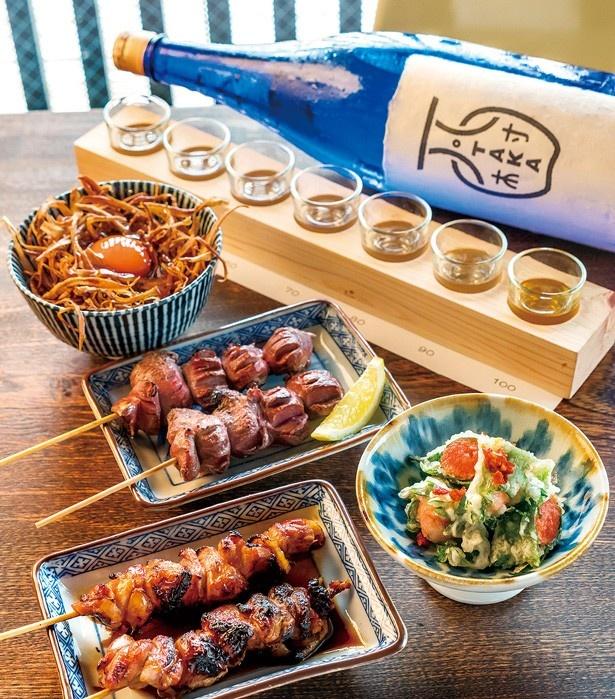 「日本酒 7種テイスティング」(1200円・奥中)を楽しみながら、「焼鳥」(150円~)や「卵かけご飯」(500円・奥左)を味わおう/柳小路TAKA