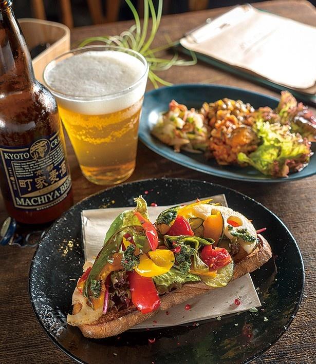 「京野菜グリルのオープンサンド」(700円・手前)や「タパス3種盛」(600円・奥右)を、京都の地ビール「町家麦酒」(700円・奥左)と一緒に/SOWGEN