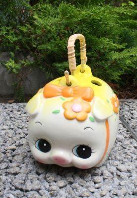 """貯金箱に使用される""""花金豚""""がモチーフ。風水花豚蚊取(1344円)"""