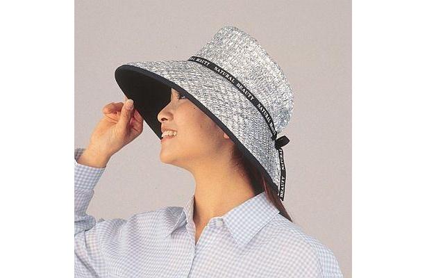 太陽光を反射して快適に!「涼かちゃん たためるハットワイド シルバー(ケープ付き)」(3150円)