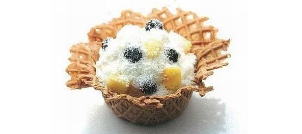 無料配布される、生パイナップルを使ったアイスクリーム、ブルーベリーアナナスアイランド