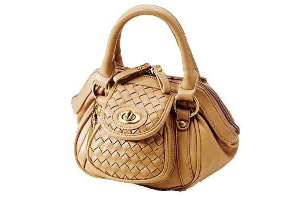 ハンドバッグが3150円均 一セールに多数登場。通勤用やおでかけ用など、これを機に新調してみて(4F/ハンドバッグ売場)