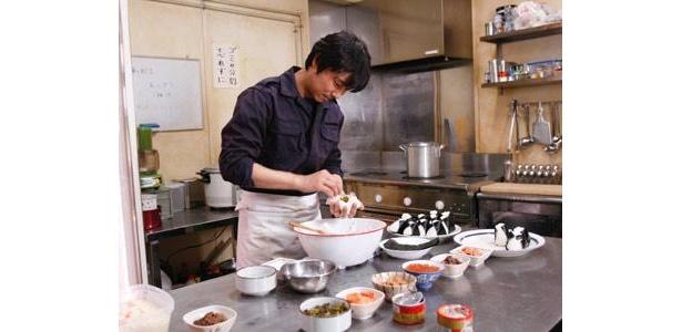 苛酷な環境で働く隊員たちのためおにぎりを作る料理人・西村