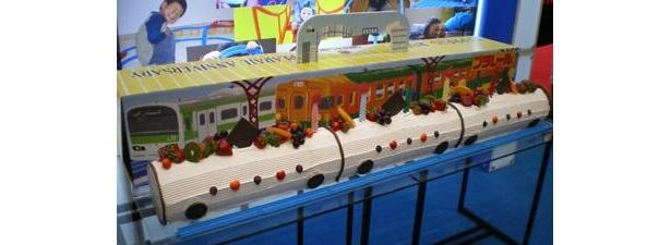 おもちゃショーでは、巨大ロールケーキも登場した