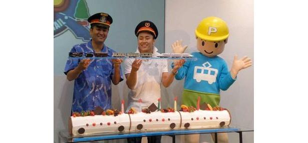 おもちゃショーでプラレール50周年を祝う石原さんと太田さん