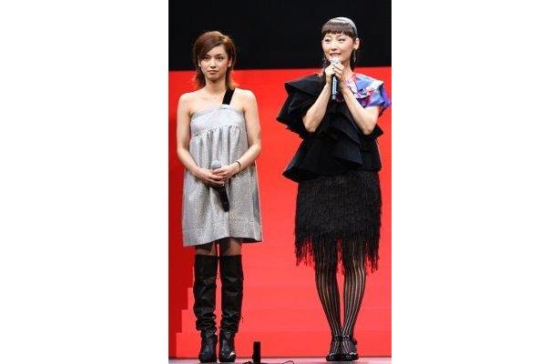 女性陣ふたりのあでやかなファッションに注目