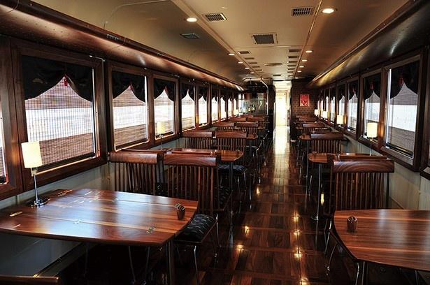 定員30名の車内は、落ち着いた雰囲気。2人用テーブルと4人用テーブルを5つずつ設置されている/京都丹後鉄道 丹後くろまつ号
