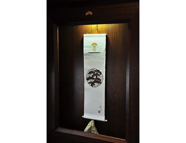 掛軸や額絵などが飾られた車内はまるで旅館の一室のよう/京都丹後鉄道 丹後くろまつ号