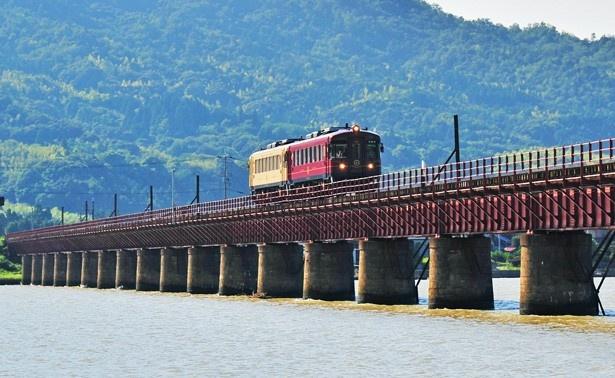 由良川橋梁は、宮舞線を代表する絶景ポイント。橋梁を通過する時は徐行運転するので、記念撮影が楽しめる/京都丹後鉄道 丹後あかまつ号