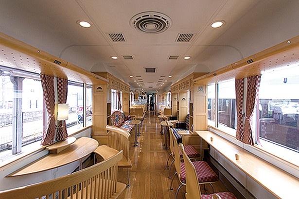 窓に面したカウンター席から2人&4人がけのテーブル席、ソファー席まであり/京都丹後鉄道 丹後あかまつ号