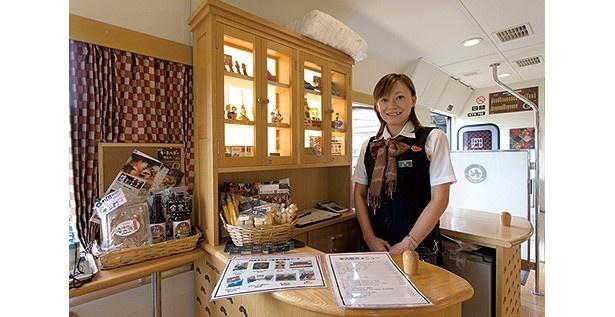 サービスカウンターではオリジナルグッズやドリンクなどを販売する/京都丹後鉄道 丹後あかまつ号