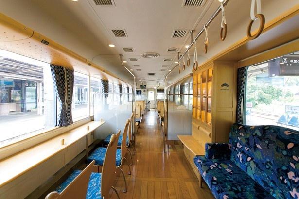 ペア席、4人がけのセミコンパートメント席、カウンター席、ソファー席から成る車内の座席/京都丹後鉄道 丹後あおまつ号