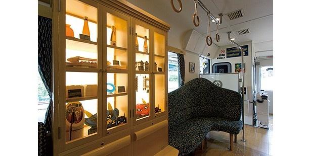 郷土玩具などを飾るショーケース。座席は丹後あかまつ号よりやや多い/京都丹後鉄道 丹後あおまつ号