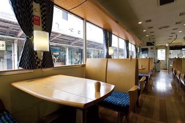 テーブルなどもあり、普通乗車運賃のみで観光列車の気分が味わえる/京都丹後鉄道 丹後あおまつ号