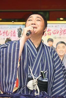 コロッケさんが五木ひろしさんや淡谷のり子さんら、モノマネを披露し、会場は大盛り上がり!