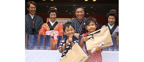 主人公・四郎の出身地、宮城県仙台市の名産品がファン100人に配られた