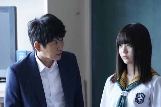 教師・小笠原孝治役の長谷川朝晴(左)にインタビュー
