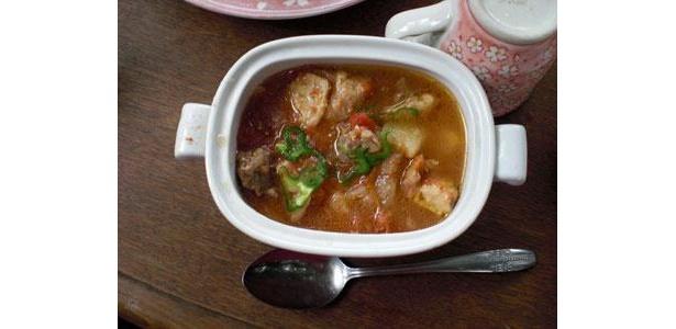 トマトとチキンのスープ。野菜は冷蔵庫にあるものをどんどん入れても、不思議と味がまとまります