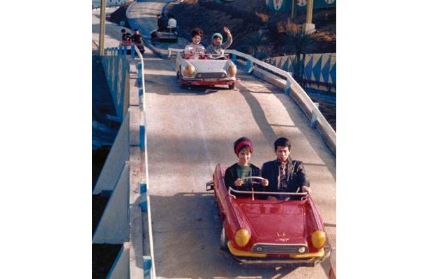 1966(昭和41)年のゴーカート風景。創業当時のゴーカートが復刻・展示される