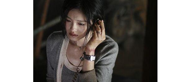 監禁され、恐怖におののく美女役に台湾の人気女優バービー・スー