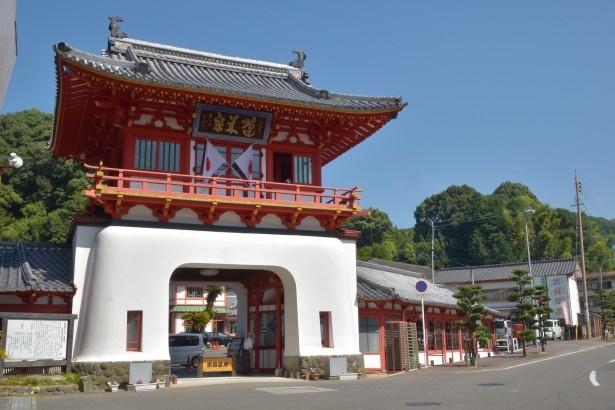 武雄温泉のシンボル、朱塗りの桜門。竜宮を思わせる鮮やかな色彩が特徴