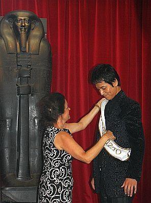 【会見の様子や和田アキ子似の像の画像も】トリノ・エジプト博物館のエレーニ・ヴァシリカ館長からたすきを受け…