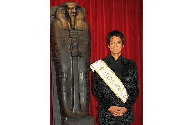 会見をしている沢村さんの後ろに立っている像は…